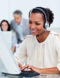 Starke Geschäftsleute, die an den Computern arbeiten Lizenzfreies Stockfoto