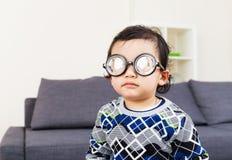 Starke Gläser der wenig Babyabnutzung Lizenzfreies Stockbild