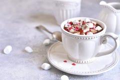 Starke heiße Schokolade mit Minieibisch und festlicher Dekoration Stockfotos
