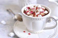 Starke heiße Schokolade mit Minieibisch und festlicher Dekoration Lizenzfreies Stockbild