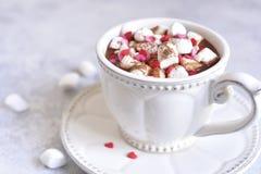 Starke heiße Schokolade mit Minieibisch und festlicher Dekoration Lizenzfreie Stockbilder