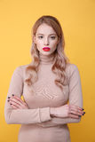 Starke junge blonde Dame mit den hellen Make-uplippen Stockfotografie