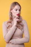 Starke junge blonde Dame mit den hellen Make-uplippen Lizenzfreie Stockfotos