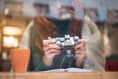 Starke junge Frau, die an den Fotos aufpasst Stockfoto