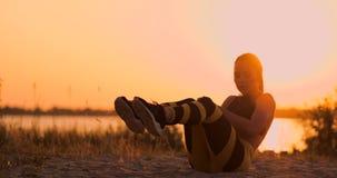 Starke junge Frau, die ein Medizinballtraining auf Sanddünen tut Athlet, der Rotation für Eignungstraining an der Wüste verwendet stock video footage