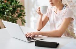 Starke Lesung der eleganten Frau etwas auf ihrem Computer Stockfotografie