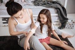 Starke Lieferungshilfe der ersten Hilfe der jungen Mutter zu Hause Stockbild