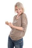 Starke lokalisierte ältere blonde Frau, die Faustgeste mit ihr macht Lizenzfreie Stockbilder