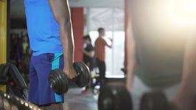Starke Männer, die zusammen, bildend in der Turnhalle, um aus gepasst und gesund zu sein, Eignung ausarbeiten stock video footage