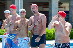 Starke Männer am Pool lizenzfreie stockfotos