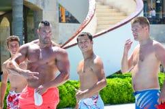 Starke Männer am Pool stockfotos