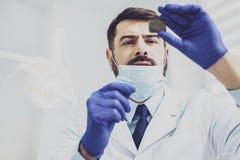 Starke männliche Person, die Röntgen betrachtet Lizenzfreies Stockfoto