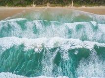 Starke Meereswogen, die auf sandigem Strand zerquetschen lizenzfreie stockfotografie