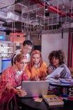 Starke Mitschüler, die zusammen Aufgabe nach Lektionen abschließen stockfotos