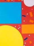 Starke mutige geometrische Muster oder Formen auf einem roten Hintergrund Stockbilder