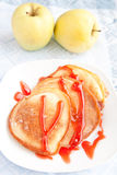 Starke Pfannkuchen mit süßem Sirup Stockfoto