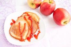 Starke Pfannkuchen mit süßem Sirup Stockbild