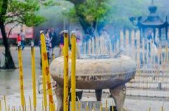 starke Räucherstäbchen an einem buddhistischen Tempel Stockfotos
