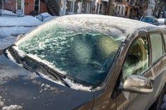 Starke Schicht des Eisbedeckungsautos stockbild