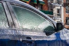 Starke Schicht des Eisbedeckungsautos stockfoto