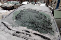 Starke Schicht des Eisbedeckungsautos nach Eisregen lizenzfreie stockfotografie