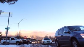 Starke Schneefälle auf den Straßen im Fahnenmast nach Sturm, Arizona, USA stock video footage