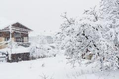 Starke Schneefälle in der kleinen Stadt Stockfotos