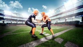 Starke Spieler des amerikanischen Fußballs in der Aktion Stockfotografie