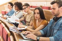 Starke Studenten, die zusammen im College studieren Lizenzfreie Stockfotos