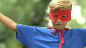 Starke superboy tragende Maske und Kostüm, die Stärke, Selbstvertrauen zeigt stock video
