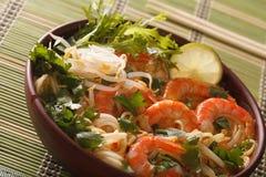 Starke Suppe mit Garnelen, Nudeln und Kräuter schließen oben in einer Schüssel H Stockfotos