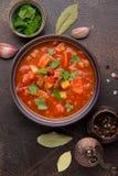 Starke Tomatensuppe mit Fleisch, Getreide und Gem?se Traditionelle orientalische K?che, w?rziges Eintopfgericht mit Rindfleisch o stockbild