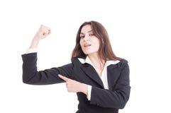 Starke und überzeugte Geschäftsfrau, die Arm biegt und powe zeigt Stockfotos