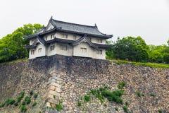 Starke Wände Osaka-Schlosses und japanisches traditionelles Gebäude stockfotografie