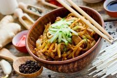 Starke Weizennudeln des Udon mit gebratenem Fleisch und Soße Stockfotos