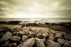 Starke Welle, die auf den felsigen Ufern spritzt Lizenzfreie Stockbilder