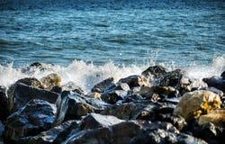 Starke Welle von Seeschlägen auf den Felsen lizenzfreie stockfotos