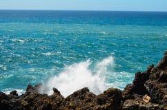 Starke Wellen auf dem blauen Ozean Stockfotos