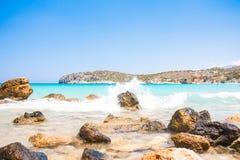Starke Wellen auf einem felsigen Strand Voulisma, Agios Nikolaos, Istros Griechenland Kreta lizenzfreie stockfotografie