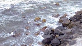 Starke Wellen, die das Ufer zerquetschen stock video