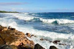 Starke Wellen, die zum Ufer der großen Insel von Hawaii hetzen Lizenzfreies Stockbild