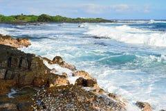 Starke Wellen, die zum Ufer der großen Insel von Hawaii hetzen Lizenzfreie Stockfotos