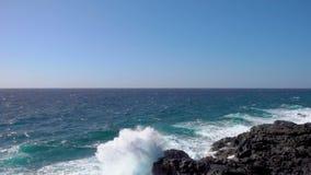 Starke Wellen von Atlantik Zeitlupe des Spritzens stock video