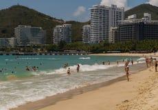 Starke Wellen von Südchinesisches Meer auf dem Dadonghai setzen auf der touristischen Insel von Hainan auf den Strand Lizenzfreie Stockfotos