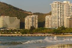 Starke Wellen von Südchinesisches Meer auf dem Dadonghai setzen auf der touristischen Insel von Hainan auf den Strand Stockfoto
