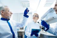 Starke Wissenschaftler, die auf Reaktion warten Stockbild