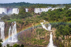 Starke zweistufige Wasserfälle Stockbilder