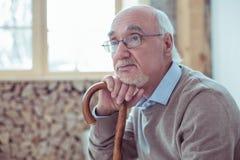 Starker älterer Mann, der über seine Familie träumt stockbilder