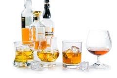 Starker Alkohol trinkt - Whisky, den Bourbon, der auf weißem Hintergrund schottisch ist lizenzfreie stockbilder