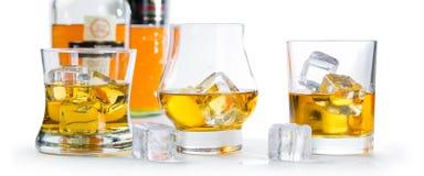 Starker Alkohol trinkt - Whisky, den Bourbon, der auf weißem Hintergrund schottisch ist stockbild